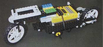 リモートコンコントロールタイプのレゴ。前方、後方の車輪の使い方で細かい動きを実現させた作品。ボディのデザインはまさに未来のオートバイをイメージさせる。