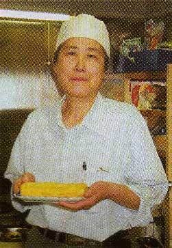 卵焼きを持つ石井静子さん