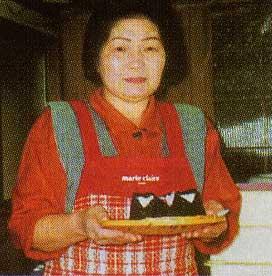 おにぎりを持つ花田真紀子さん