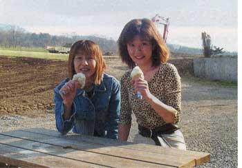 アイスを食べる志保里と麻代