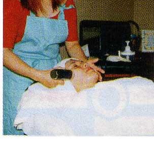 超音波エステのフェイスコースを受けている女性