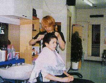 美容室ヨコハマでヘアーレスキュークリニックシステムを受けている女性