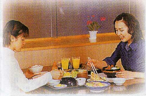 夕食を食べている女性