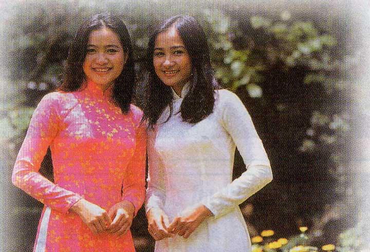 民族衣装アオザイを着る女性達
