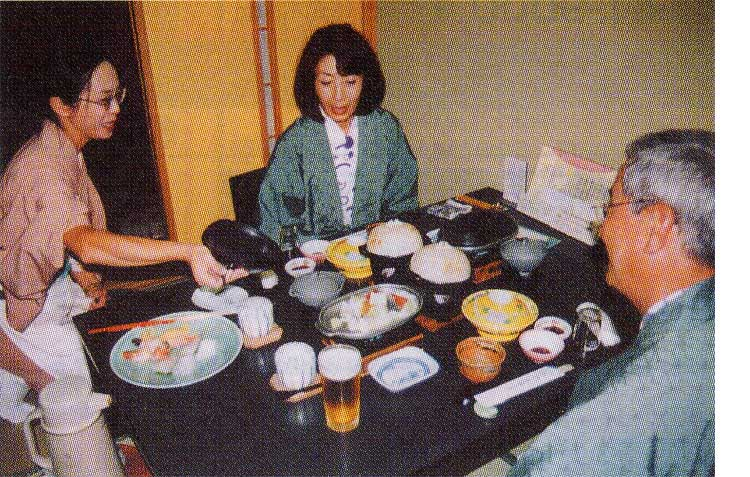 湯の川プリンスホテル渚亭2Fレストランで夕食の説明を仲居から受けている夫婦
