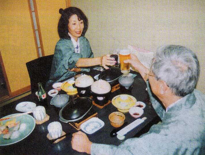 夕食を前にビールで乾杯している夫婦