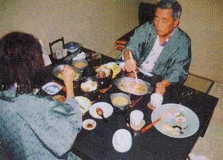 ちゃんちゃん焼きを食べている征一郎さん