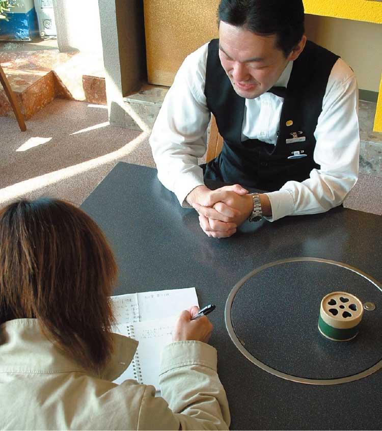 フィットネスホテル330函館で取材を行っている青いぽすと女性編集者