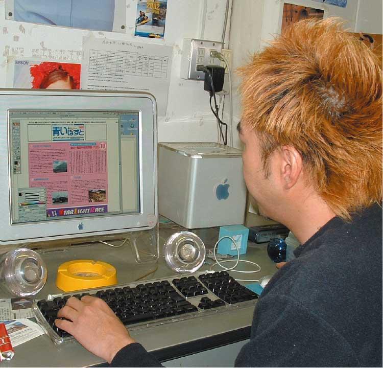 macで原稿をチェックしている男性編集者
