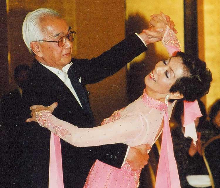 社交ダンスをしている日根鉄雄さん