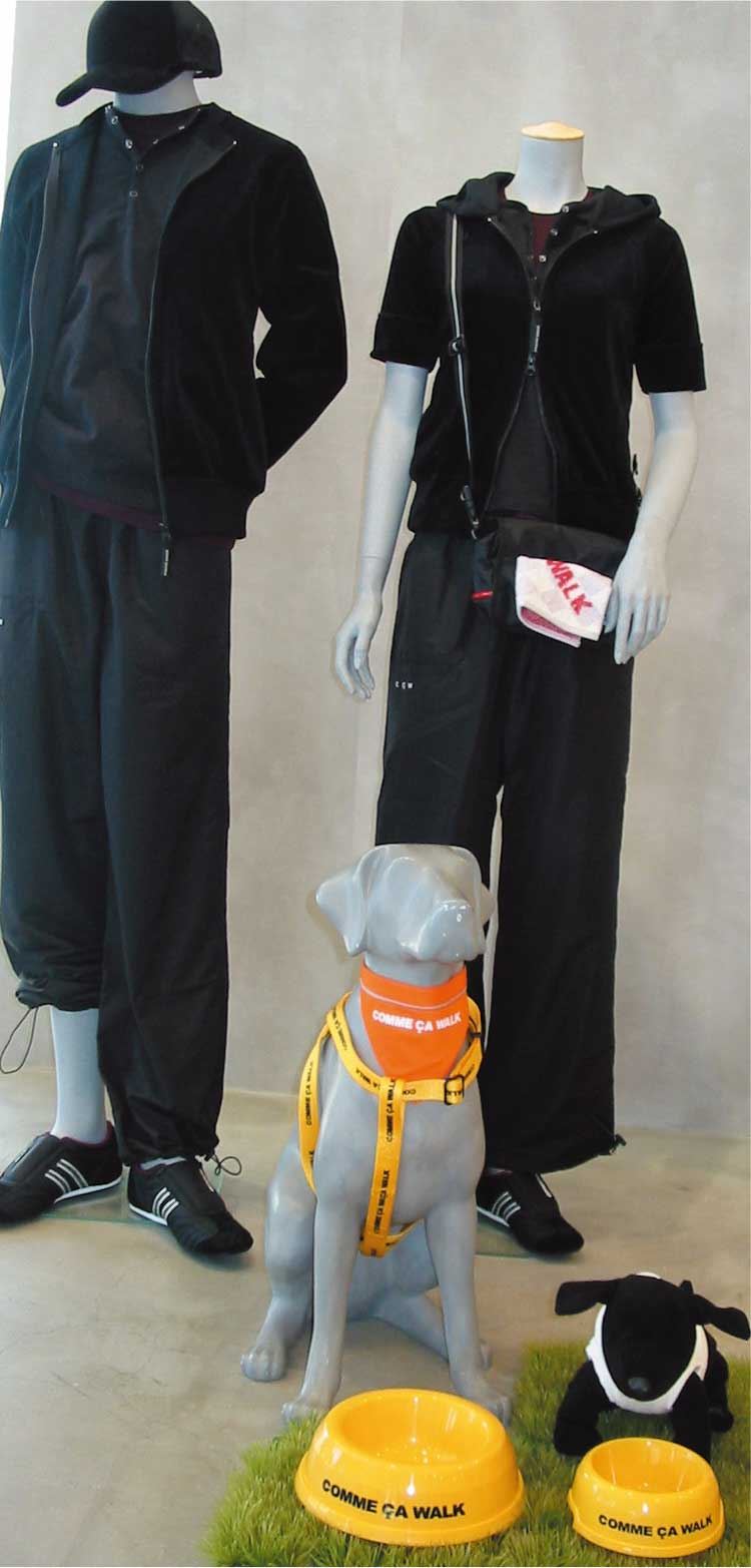 コムサイズムの犬の散歩用ファッションマネキン