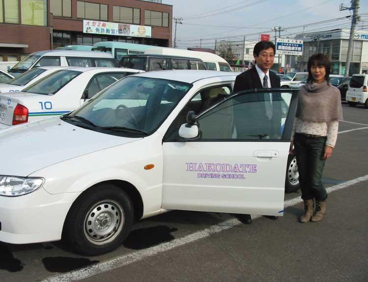 函館自動車学校の講習車に乗ろうとしている花輪志保理記者