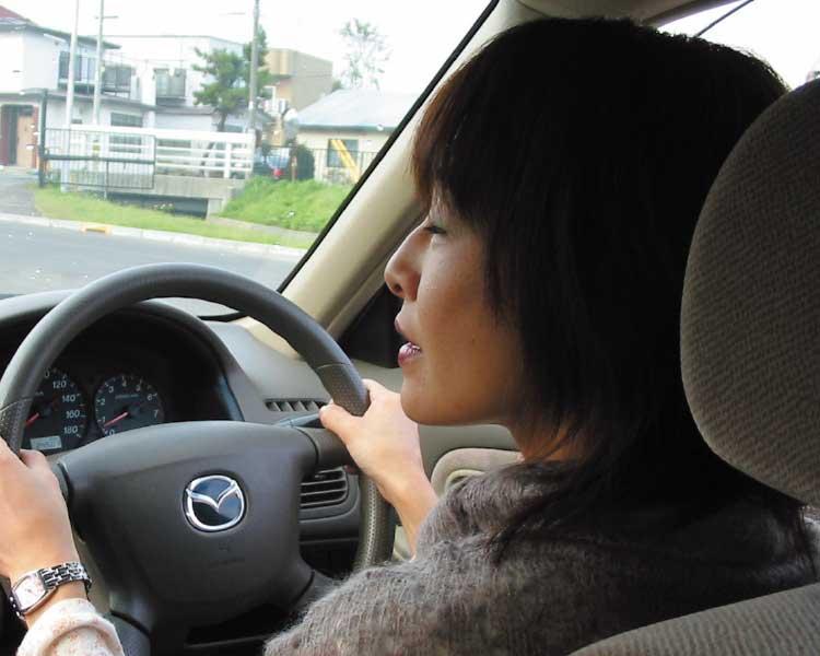 講習者を運転している花輪志保理記者