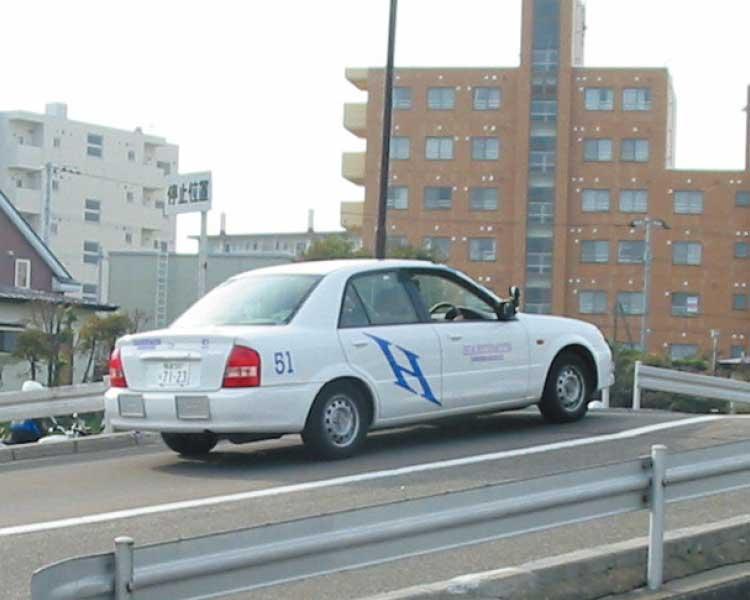 坂道講習を受けている講習車