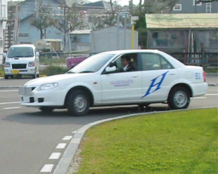 講習コースのカーブを曲がっている講習車
