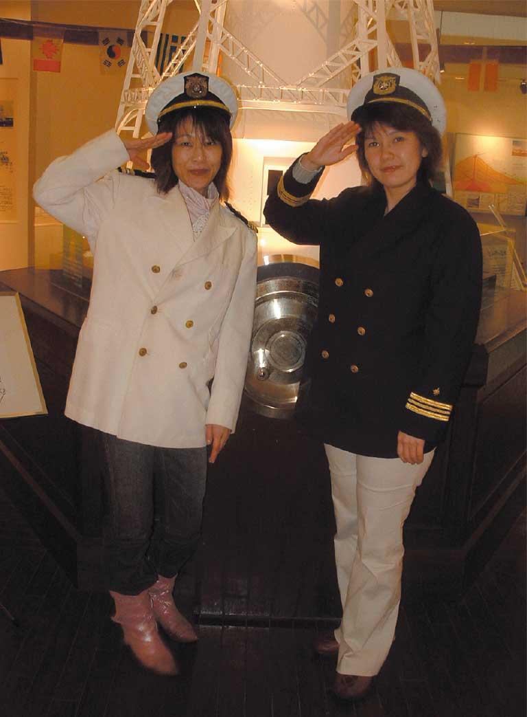 函館市灯台資料館ピリカン館で記念撮影をする青いぽすと女性記者