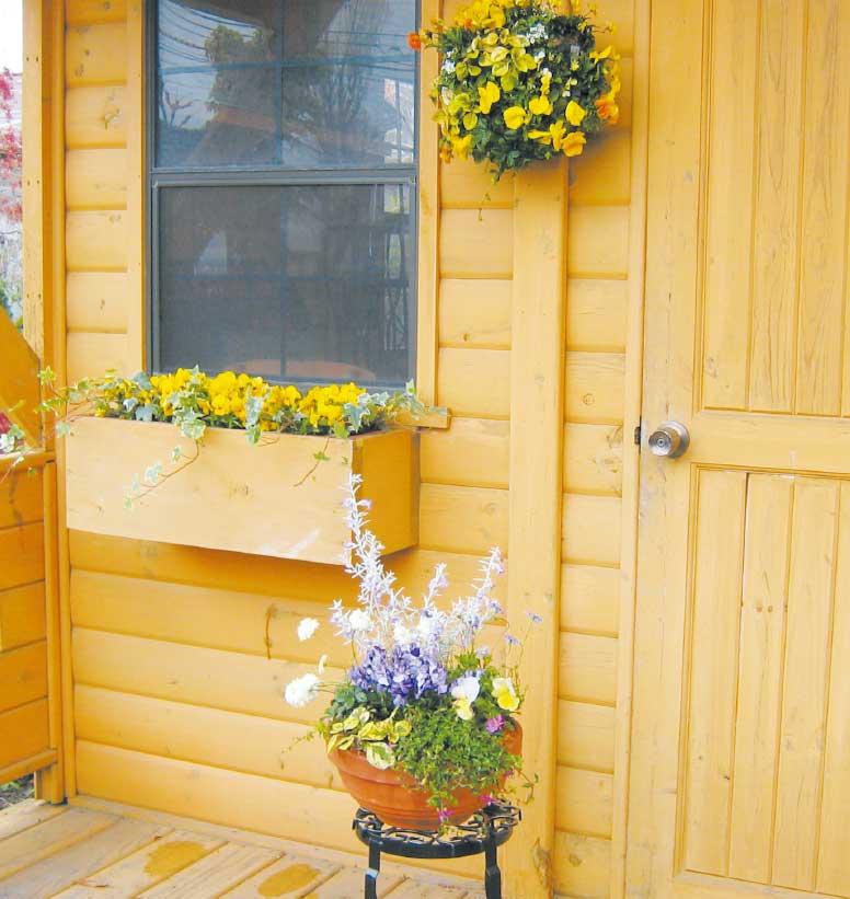 玄関に設置された鉢植えとハンギングバスケットとプランターボックス