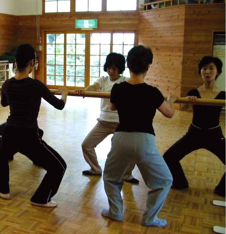 バレエの練習をしている女性たち