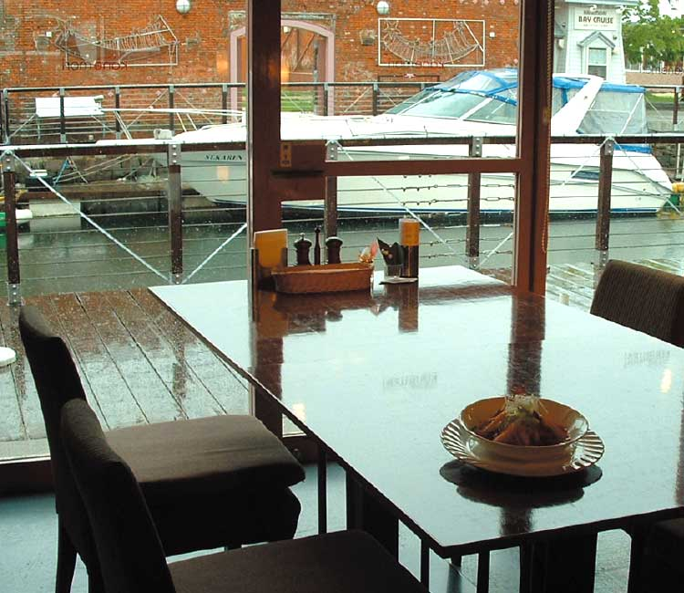 カフェ&ダイニングかねもりの窓から見える海とボート
