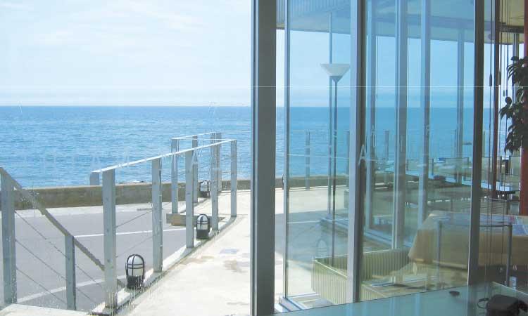 カフェ&バーラミネール入り口から見える海