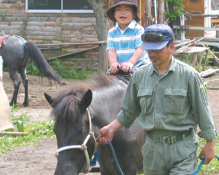 どさんこファームで乗馬体験をしている男の子