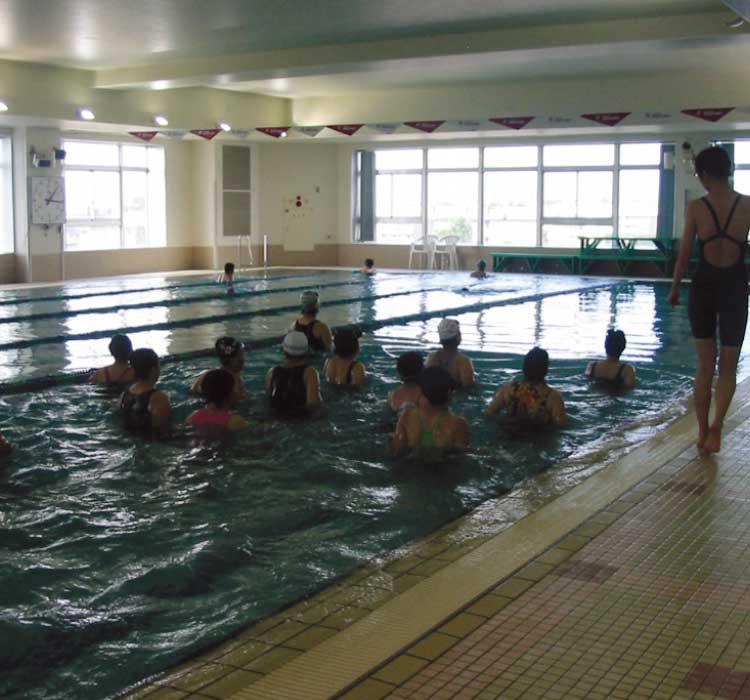 ルネサンス函館のプールで水中ウオーキングをしている人達