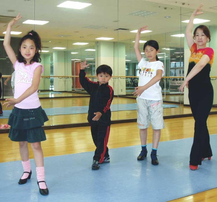野戸眞粧美フラメンコ教室でフラメンコを教えてもらっている子供たち