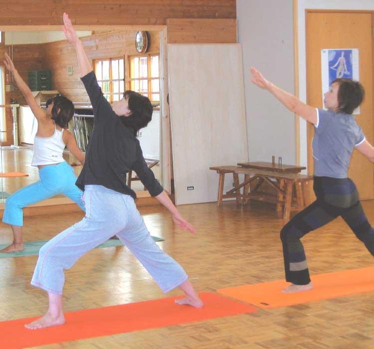 函館YWCAでストレッチ・ヨガをしている女性たち