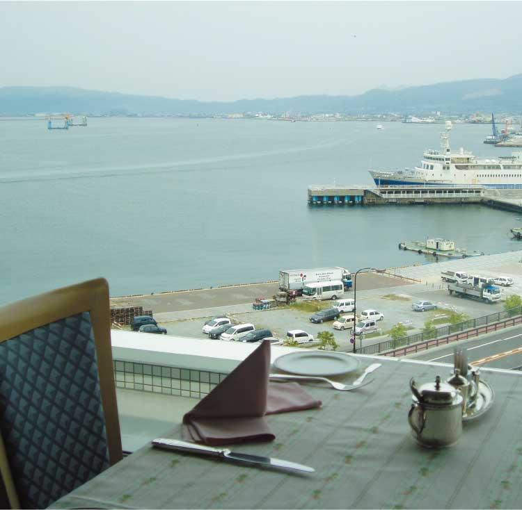 函館国際ホテル内スカイレストランビュメールから見える函館港