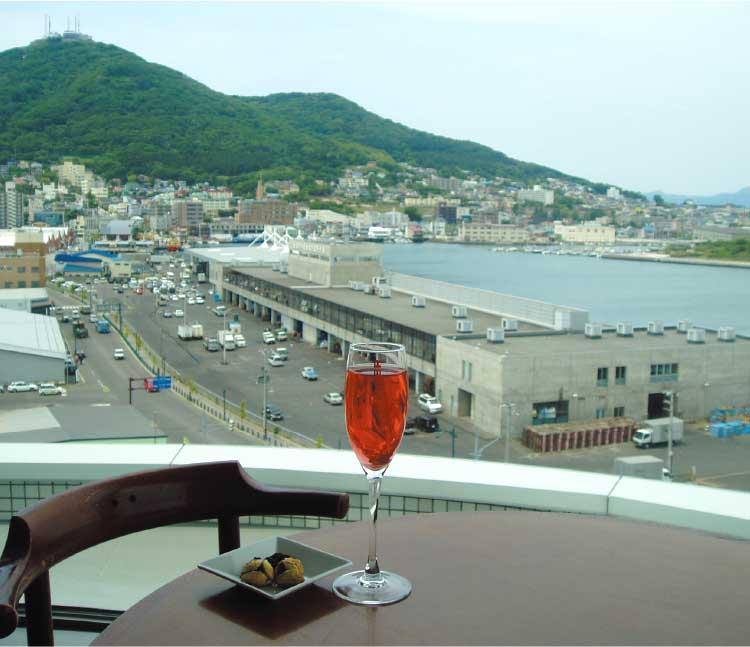 函館国際ホテル内スカイラウンジル・モン・ガギューから見える函館山