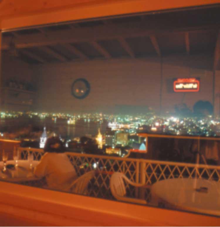 カフェ&バーカントリーボーンから見える函館の夜景
