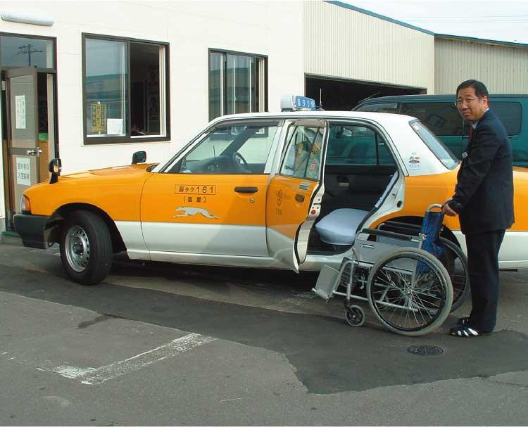 車椅子を用意している函館タクシーのドライバー