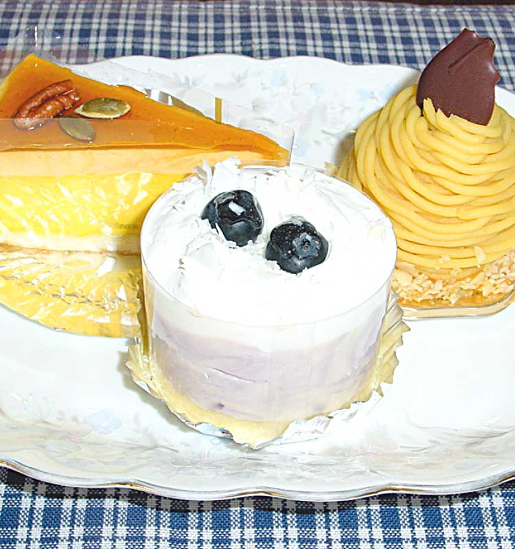 五島軒のブルーベリーレアチーズとスイートポテトのモンブランとかぼちゃとキャラメルのムース
