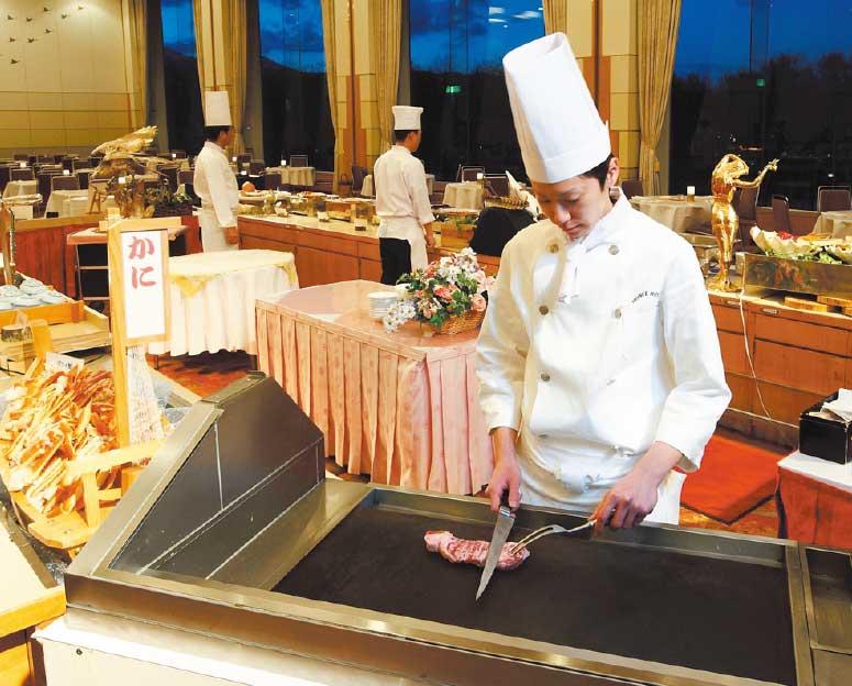 函館大沼プリンスホテルで鉄板ステーキを焼いているシェフ