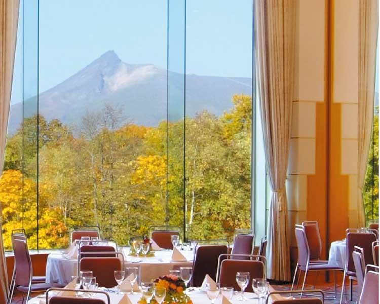函館大沼プリンスホテルレストラン内の窓から見える景色