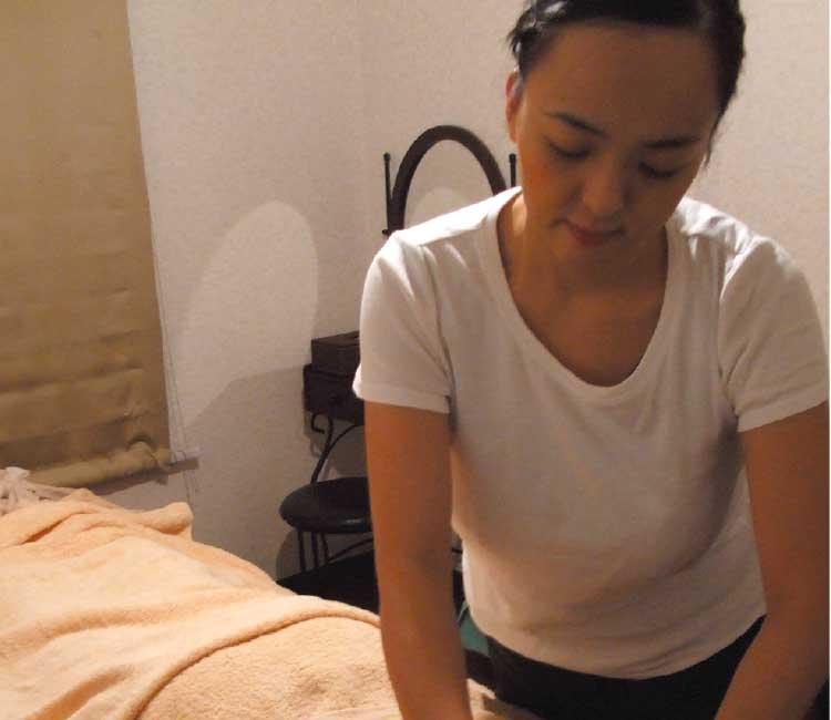 アロマセラピーの施術をしている女性