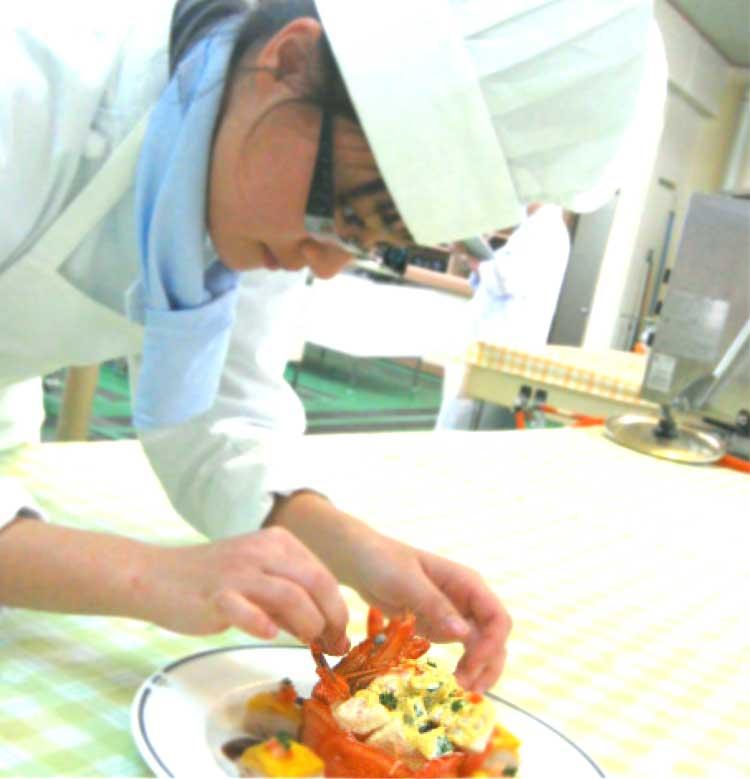 函館調理師養成専門学校で料理を作っている生徒