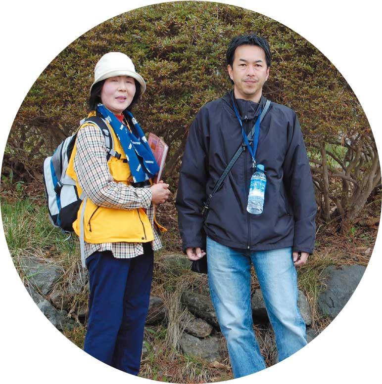 函館山に登ろうとしている青山記者と函館山ふれあいセンターのボランティアガイドの村本ゆり子さん