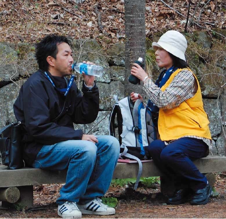 散策道のベンチで休憩している青山編集長と村本ゆり子さん