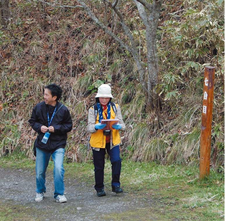 函館山7合目を登っている青山編集長と村本ゆり子さん