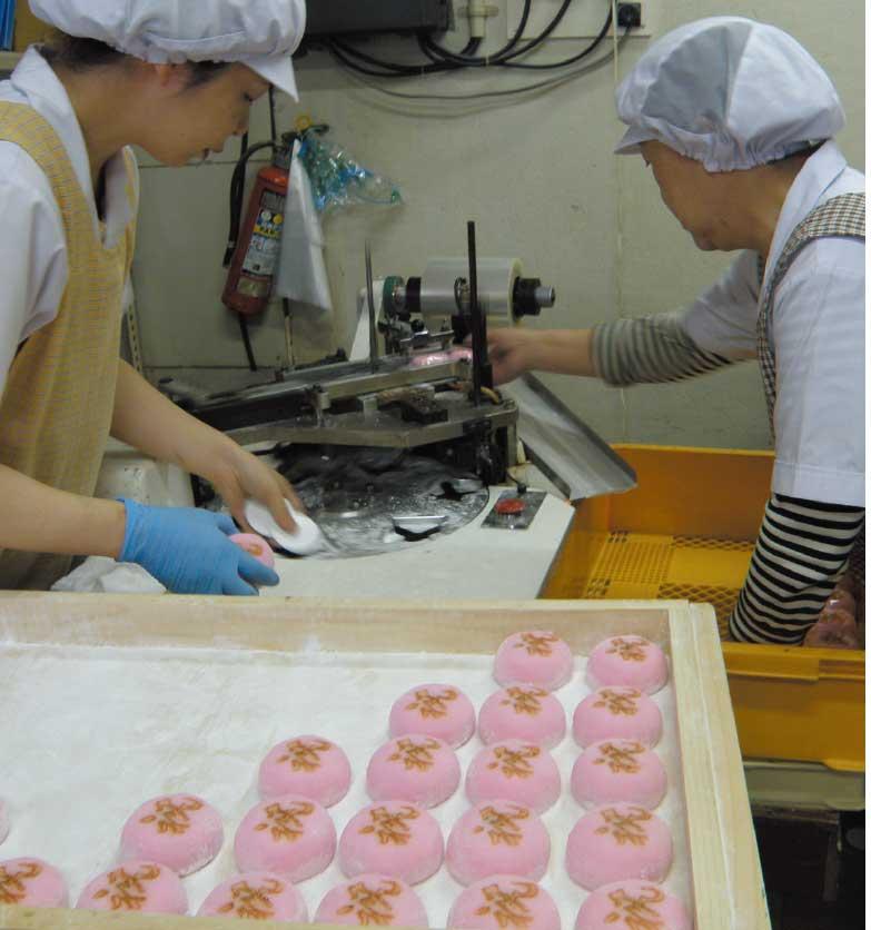 吉田食品工場で紅白大福を作っている女性達