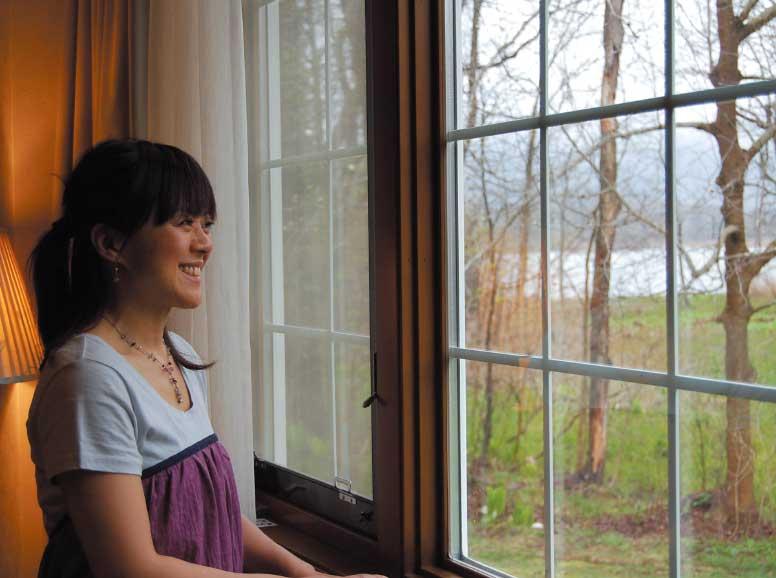 クロフォード・イン大沼の窓から外を見ている三野直子さん