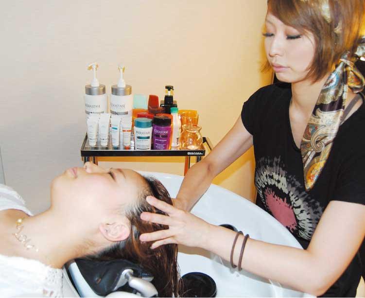 ポール沢田アチカでヘッドスパを受けている女性