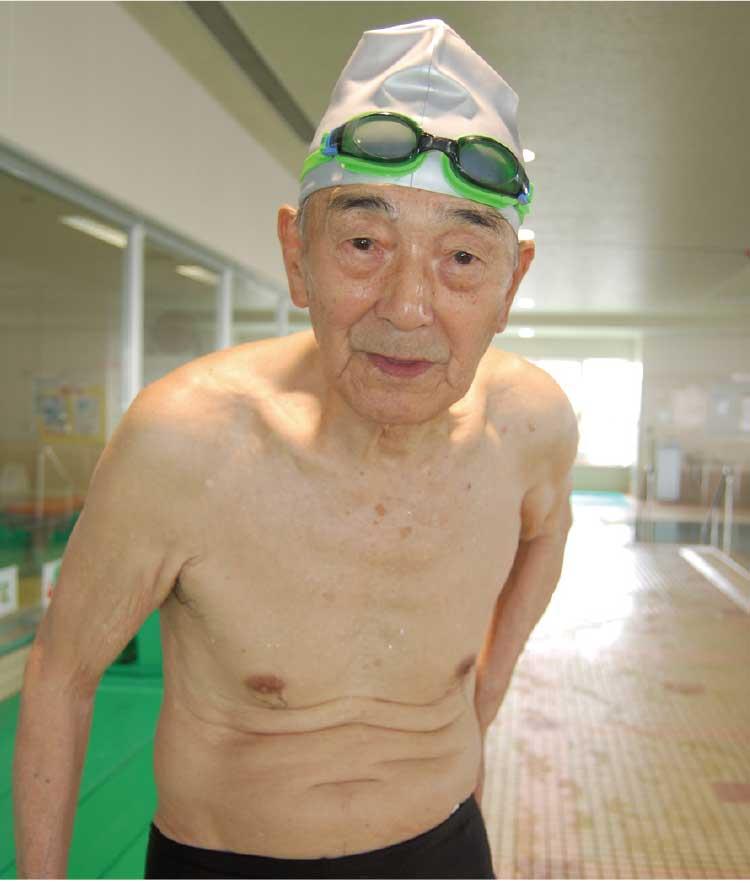 プールにいる堀川久男さん