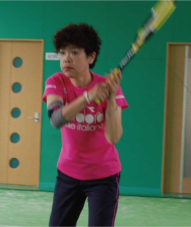 テニスをしている大石千恵子さん