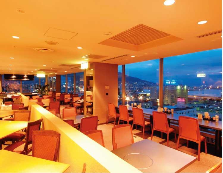 ホテルリソル函館店内と窓から見える景色