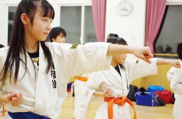 鉄拳道流空手拳法極限館で型の練習をする子供たち