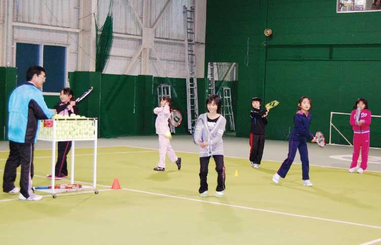 ピアインドア・テニススクールで練習している子供たち