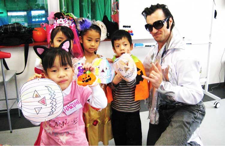 アクティブ英会話に通っている子供たちと外国人講師