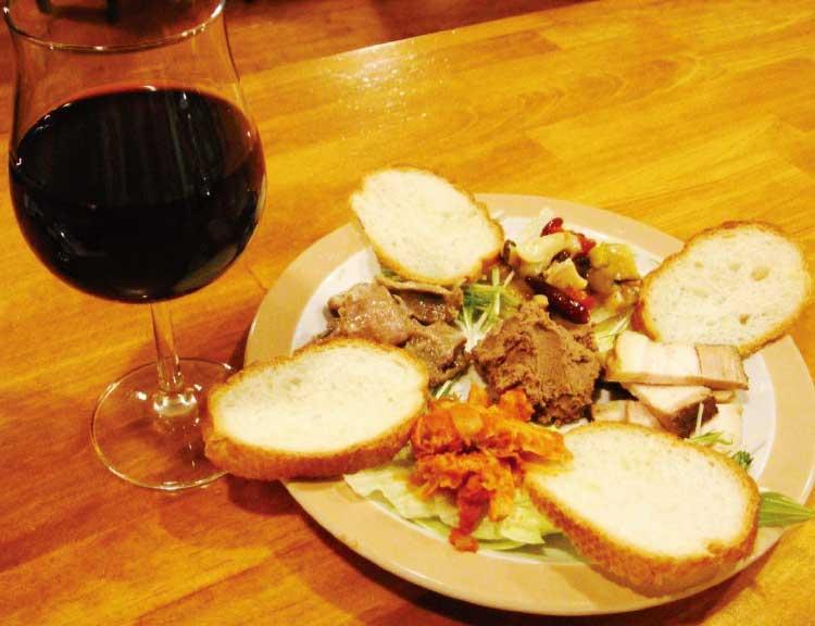 函館大門食堂ダイナー・カラマーロのマスターおまかせ5点盛りとワイン